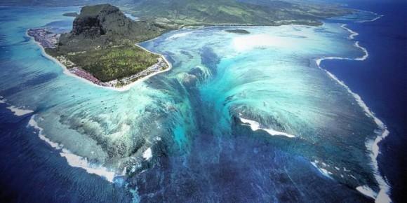 Ilúzia vodopádu na mori v Le Morne Brabant